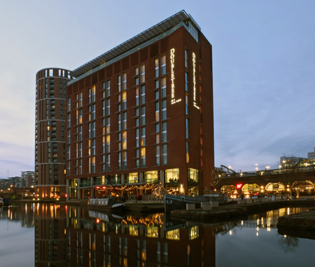 leeds, england - 24 january 2019: the doubletree hilton hotel in leeds next to the dock and canal developments illuminated at twilight 에디토리얼