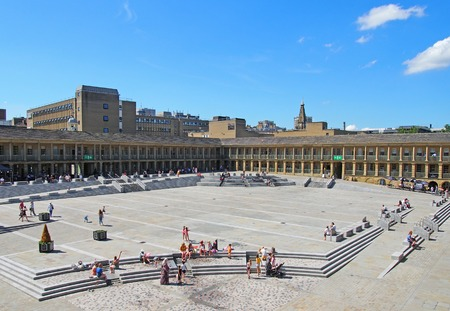 halifax, west yorkshire, united kingdom - 23 july 2019: people relaxing on the steps and cafes enjoying the summer sunshine in the square of halifax piece hall in west yorkshire Redactioneel