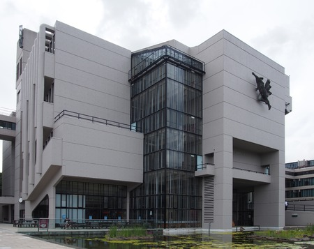 leeds, west yorkshire, united kingdom - 24 july 2019: the roger stevens building a 1960s brutalist building at the university of leeds Redactioneel
