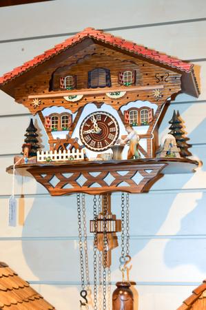 reloj cucu: Reloj de cuco en el bosque negro en Alemania
