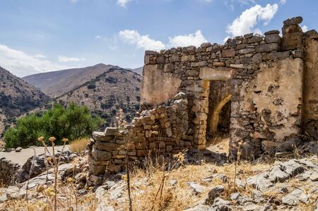 Cretrate house in ruin facing the mountains on the island of Crete in Greece 免版税图像