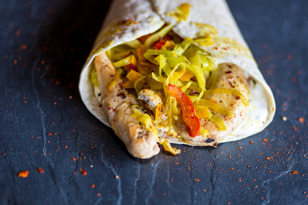 Mit Gemüse und Hähnchenbrust gefüllter Fajita