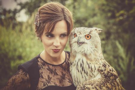 Wunderbare Adler Habicht mit einem Modell Standard-Bild - 48075064