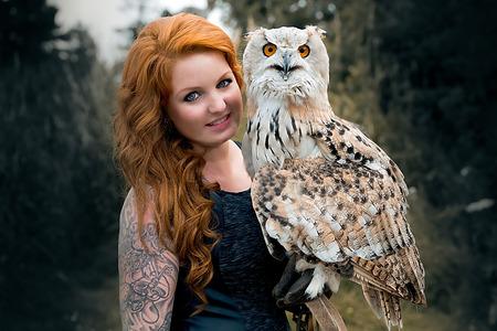 Wunderbare Adler Habicht mit einem Modell Standard-Bild - 48075100