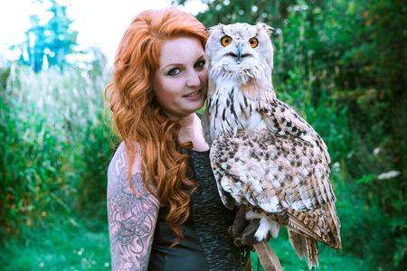 Wunderbare Adler Habicht mit einem Modell Standard-Bild - 48075101