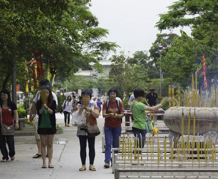 mujeres orando: Mujeres rezando en el templo de Tian Tan en Hong Kong.