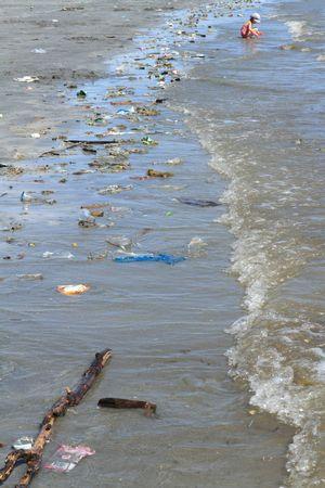 aguas residuales: basura en el micoondas  Foto de archivo