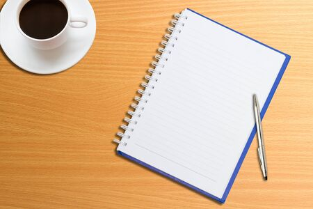 pad pen: Cuadernos, l�pices, caf� sobre la mesa  Foto de archivo