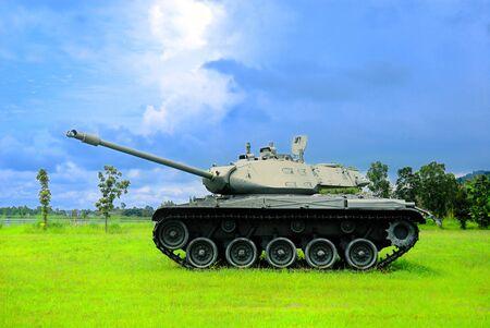 Batalla del tanque con el cielo azul en el fondo
