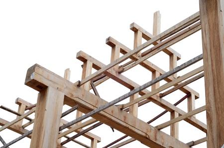 materiales de construccion: Refuerzo de teca estructura de marco de madera del techo entre la construcción en aislar el fondo blanco Foto de archivo