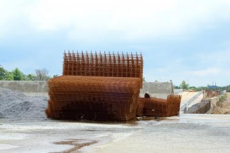 ワイヤー メッシュ鋼の強化コンクリートの道路建設 写真素材