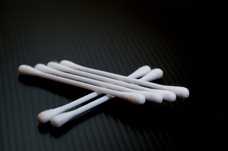 utiles de aseo personal: Bastoncillos de algodón en el fondo negro