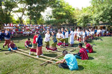チェンマイ、タイ NOV21:「ラオス Kratop 舞」またはTi whaこの遊園地は竹 2014 年 11 月 21 日タイ Lanna 人のフォーク ダンス演劇と拍手