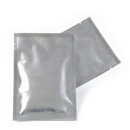 白の背景に分離されたアルミ箔のパッケージ