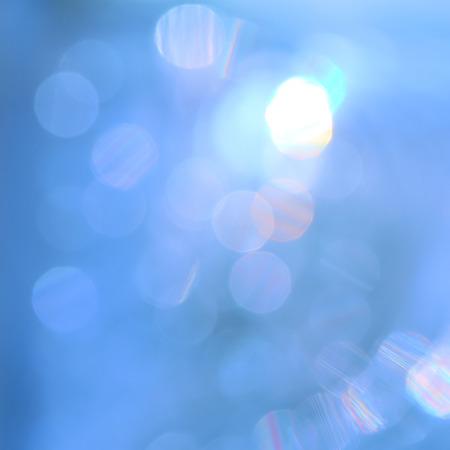 美しい水の上の照明のボケ味を反映しています。