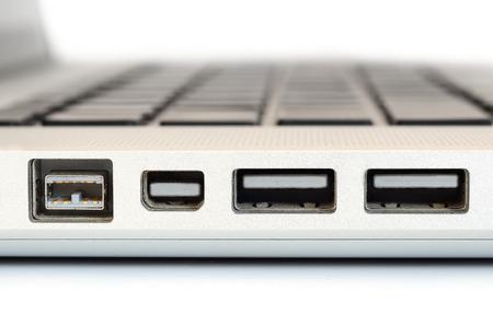 Firewire ポートにコンピューター ラップトップ セレクティブ フォーカスの横顔のクローズ アップを表示します。 写真素材