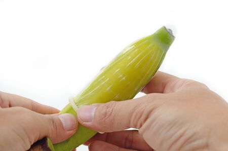 educacion sexual: condón puesto en plátano para la formación de la educación sexual