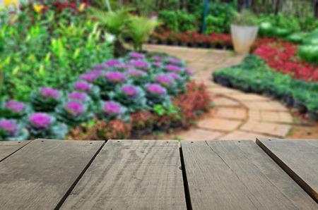 Onscherpe en onscherpte beeld van een terras hout en mooi wandelpad park voor achtergrond gebruik Stockfoto