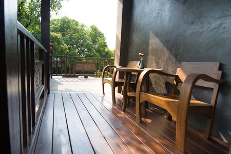 木製テラスとバック グラウンドの使用のための古典的な椅子