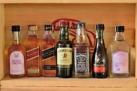 bebidas alcohÓlicas: Colección de botellas y vasos de bebidas alcohólicas surtidos.