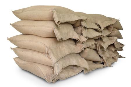 arroz blanco: Sacos de c��amo contienen arroz aislar sobre fondo blanco