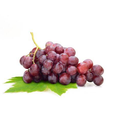 racimos de uvas: uva roja aislada en el fondo blanco de la fruta