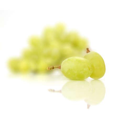 racimos de uvas: Uva verde aislado en el fondo blanco Frutas Foto de archivo