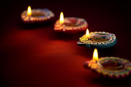candil: Colorido l�mparas diya arcilla encendida durante la celebraci�n de Diwali Foto de archivo