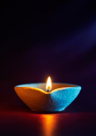 an oil lamp: Tradicional lámparas diya arcilla encendida durante la celebración de Diwali