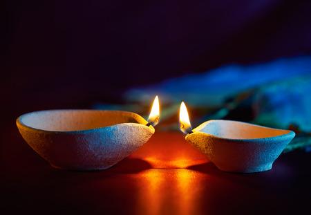 디 왈리 축제 기간 동안 불 전통 점토 diya 램프 스톡 콘텐츠