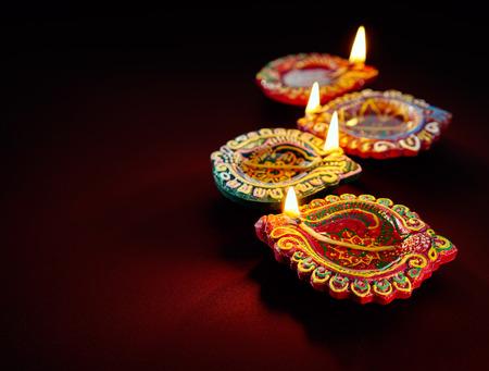 Kleurrijke klei diya lampen verlicht tijdens Diwali viering Stockfoto