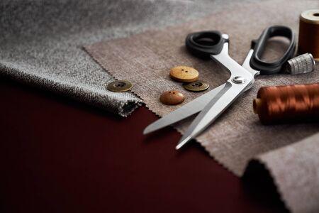 kit de costura: Tijera, botones, hilo y dedal en telas