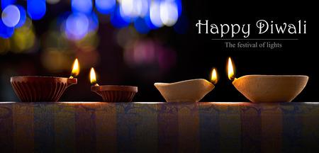 feestelijk: Traditionele klei diya lampen verlicht tijdens Diwali viering
