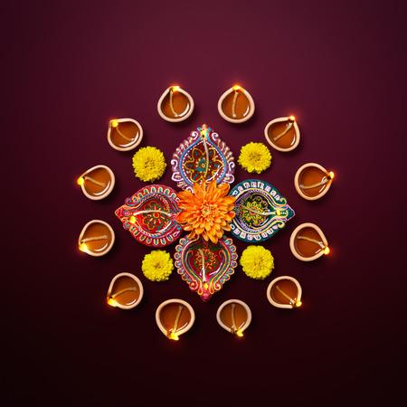 보라색 배경에 꽃과 다채로운 클레이 diya 램프