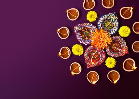 morado: Arcilla colorida l�mparas diya con flores sobre fondo morado