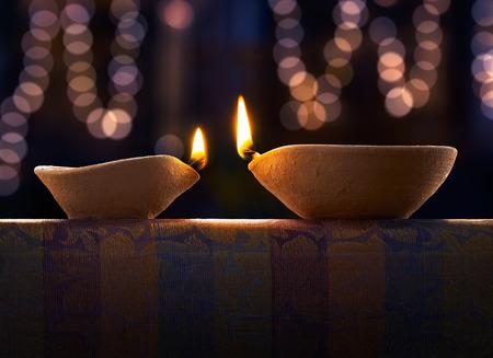 Traditionele klei diya lampen verlicht tijdens Diwali viering