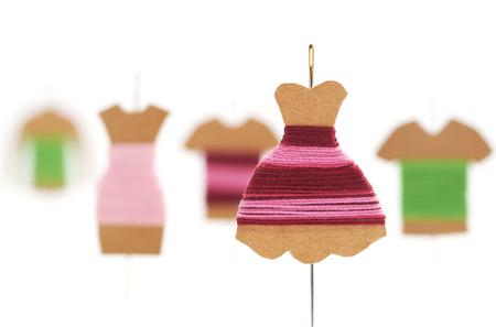 coser: DIY Kraft card bobbin with needle - Mannequin with dress Foto de archivo
