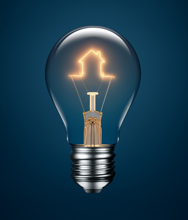 Gloeilamp met gloeidraad het vormen van een huis-pictogram op een blauwe achtergrond