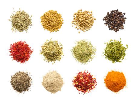 pepe nero: Raccolta di diverse spezie ed erbe isolato su sfondo bianco