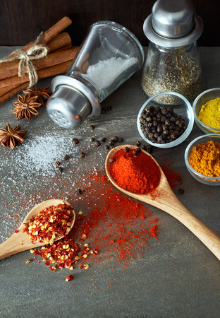pepper flakes: Clashing spices from spoon and other kitchen utensils