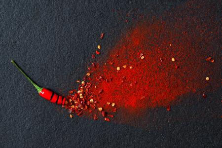 epices: Chilli, flocons de piment rouge et le piment éclatement de poudre