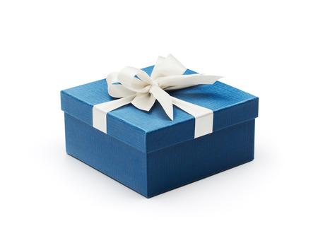 Blauwe geschenkdoos met witte strik op wit wordt geïsoleerd