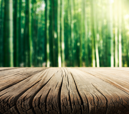 llanura: Mesa de madera vacía con el fondo de los bosques de bambú