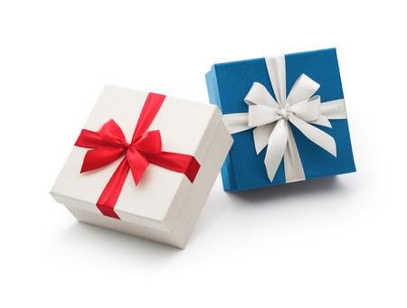 흰색 배경에 고립 된 리본 메뉴와 함께 흰색과 파란색 선물 상자