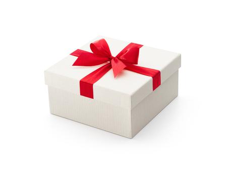 Witte geschenk doos met rode strik op een witte achtergrond - het knippen inbegrepen weg Stockfoto