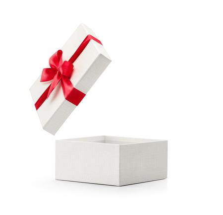 Contenitore di regalo bianco con fiocco rosso isolato su sfondo bianco - percorso di clipping incluso