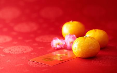 中国の旧正月 - マンダリン オレンジと赤のパケット