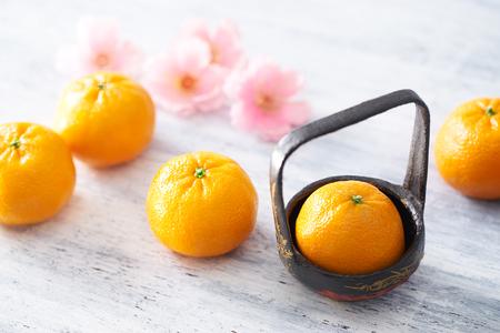 flores chinas: Año Nuevo chino - mandarín naranja en la mesa de madera pintada blanca