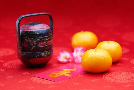 구정 - 만다린 오렌지와 핑크 패킷 (외국 텍스트 봄 시즌을 의미) 스톡 콘텐츠