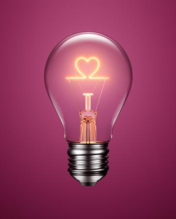 bombilla: bombilla con filamento de la formación de un icono de corazón en fondo púrpura Foto de archivo